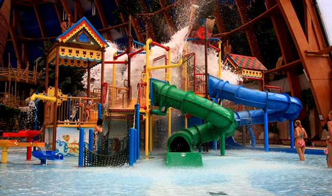 территории аквапарка «Питерлэнд» детский бассейн