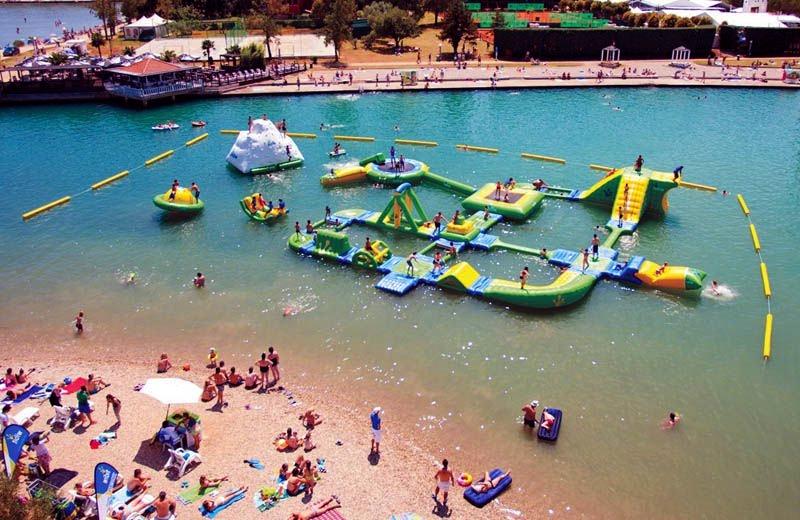 Надувной аквапарк на воде